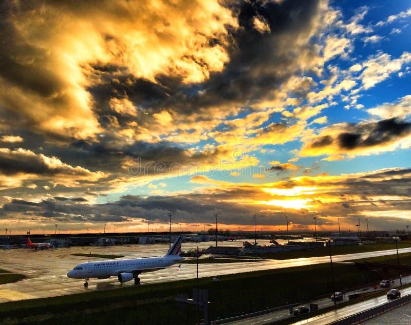 日落在巴黎巴黎夏尔・戴高乐机场 库存照片