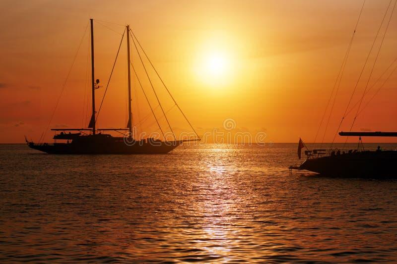 日落在Formentera 达成协议色greyed的区拜雷阿尔斯夹子包括海岛映射路径替补被遮蔽的状态周围的领土对植被 西班牙 库存图片