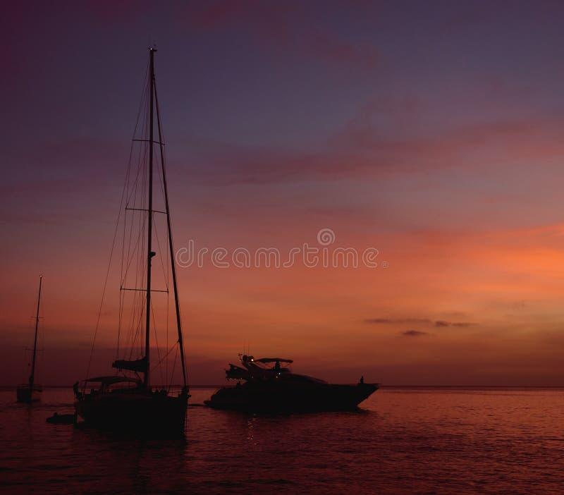 日落在Formentera 达成协议色greyed的区拜雷阿尔斯夹子包括海岛映射路径替补被遮蔽的状态周围的领土对植被 西班牙 免版税库存图片