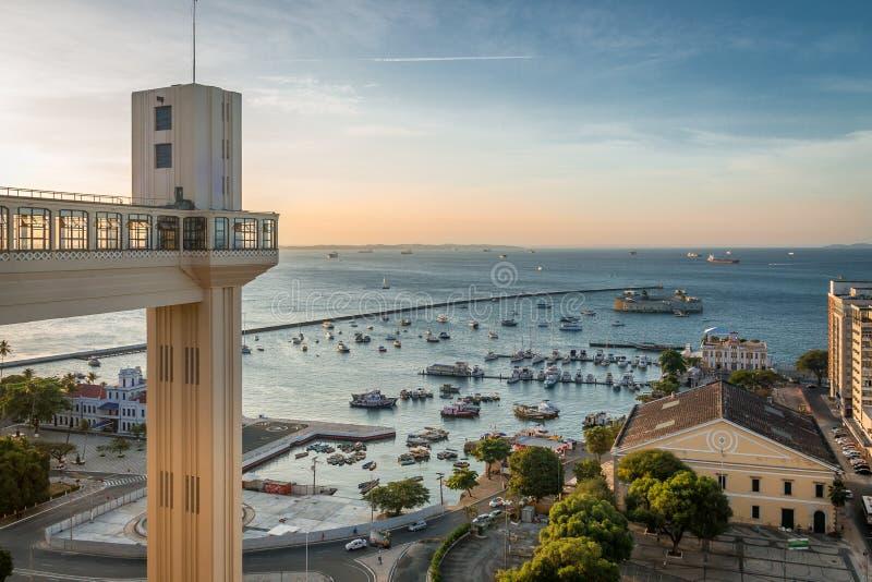 日落在Lacerda电梯和诸圣日Bay Baia de Todos os桑托斯在萨尔瓦多-巴伊亚,巴西 库存照片