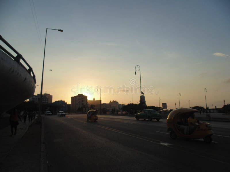 日落在Malecon,哈瓦那,古巴 图库摄影