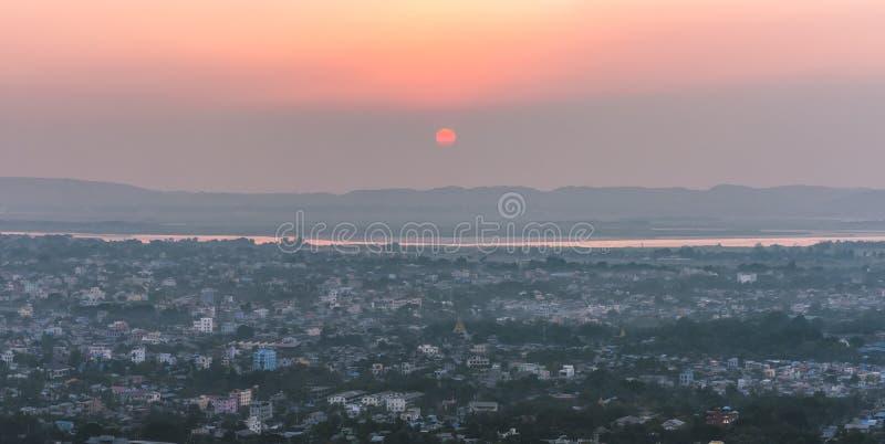 日落城市scape缅甸从曼德勒小山全景风景的镇视图 免版税图库摄影
