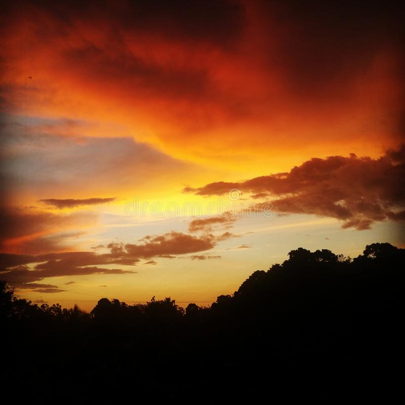 日落夜美丽小山顶的天空 库存图片