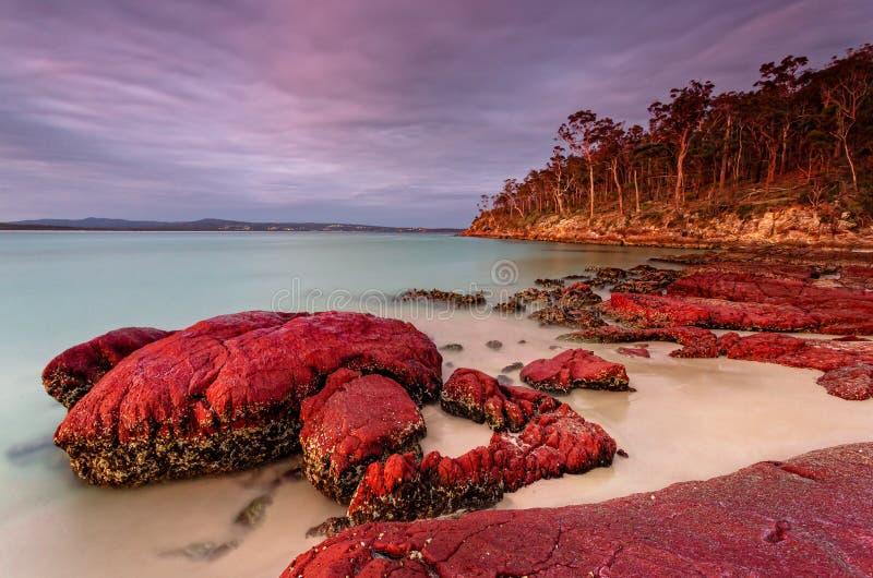 日落天空亮起伊甸园的红岩和蓝水 库存照片