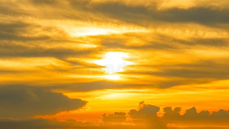 日落天空剧烈或金黄橙色口气 免版税库存图片