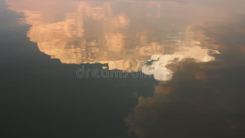 日落天空反射水表面上 库存图片