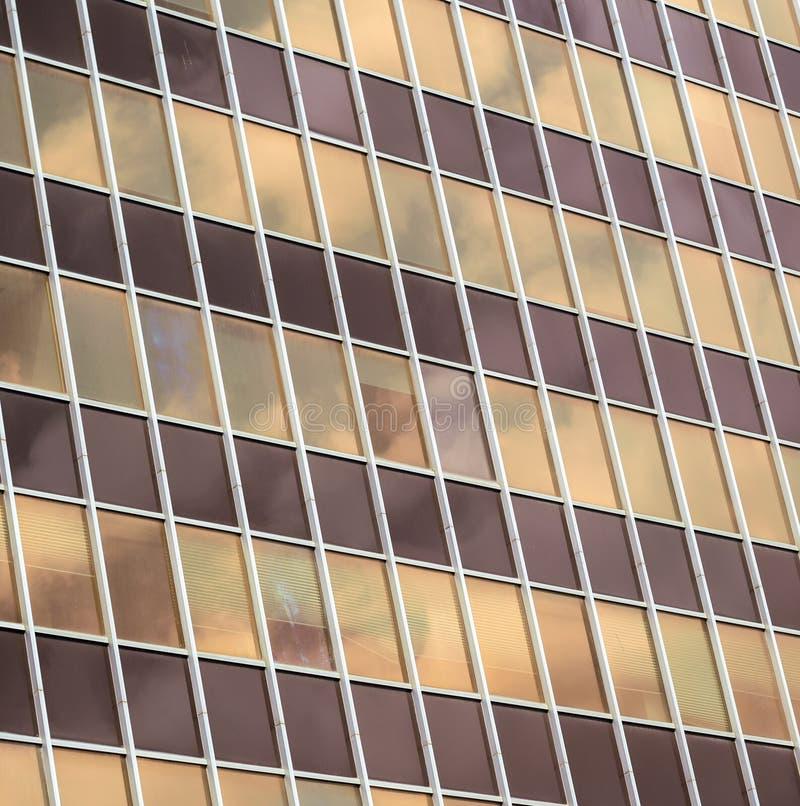 日落天空的反射在窗口里 免版税库存照片