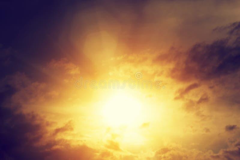 日落天空的葡萄酒图象与黑暗的剧烈的云彩的 背景 免版税库存照片