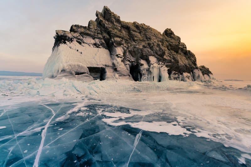 日落天空秀丽在岩石山的在贝加尔湖西伯利亚水湖 库存图片