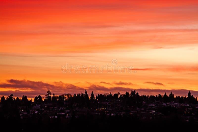 日落天空背景下的郊区住宅区 免版税库存图片