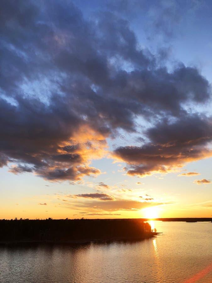 日落天空背景的鸟瞰图 与晚上天空的空中剧烈的金子日落天空覆盖在海 惊人的天空云彩 库存照片