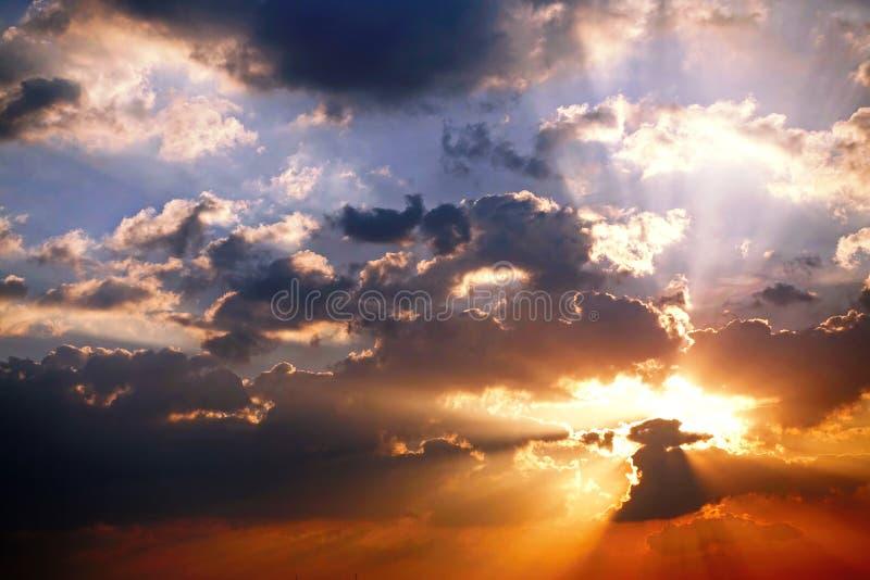 日落天空阳光晴朗的美好的五颜六色的季节背景云彩美好的天空日落室外背景 库存照片