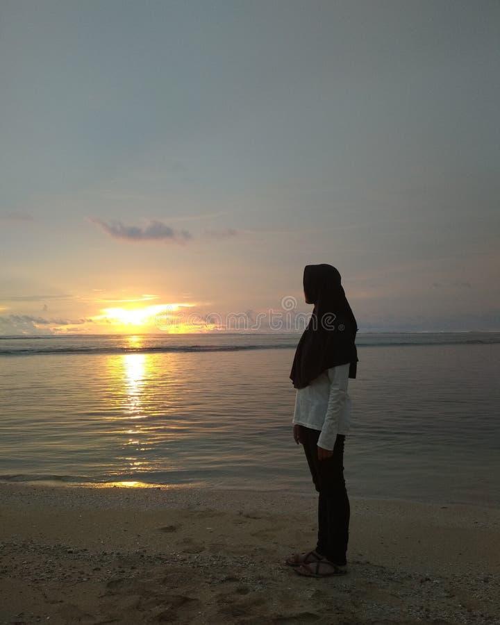 日落太阳海滩黑色白色沙子 免版税库存图片