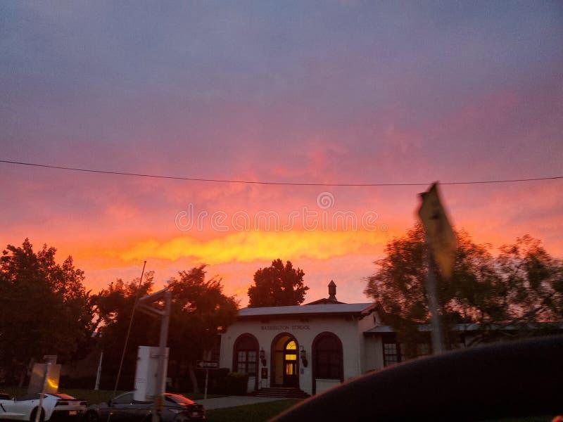 日落学校在象火球的晚上 免版税图库摄影