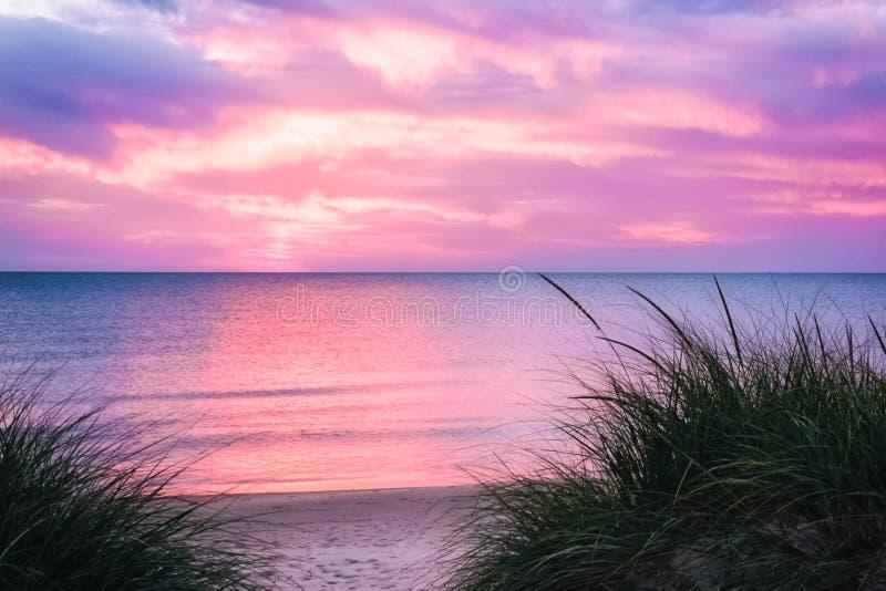 日落密执安湖的海滩天堂 图库摄影