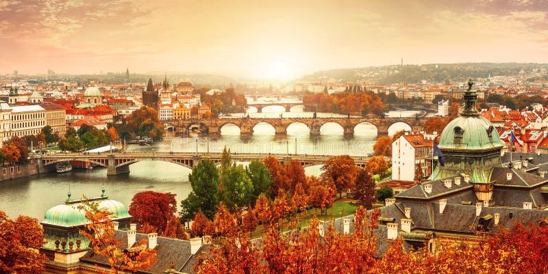 日落对查尔斯桥梁的风景视图在伏尔塔瓦河河在布拉格 免版税库存照片