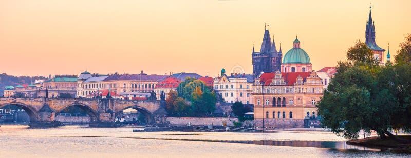 日落对查尔斯桥梁的风景视图在伏尔塔瓦河河在布拉格 库存照片
