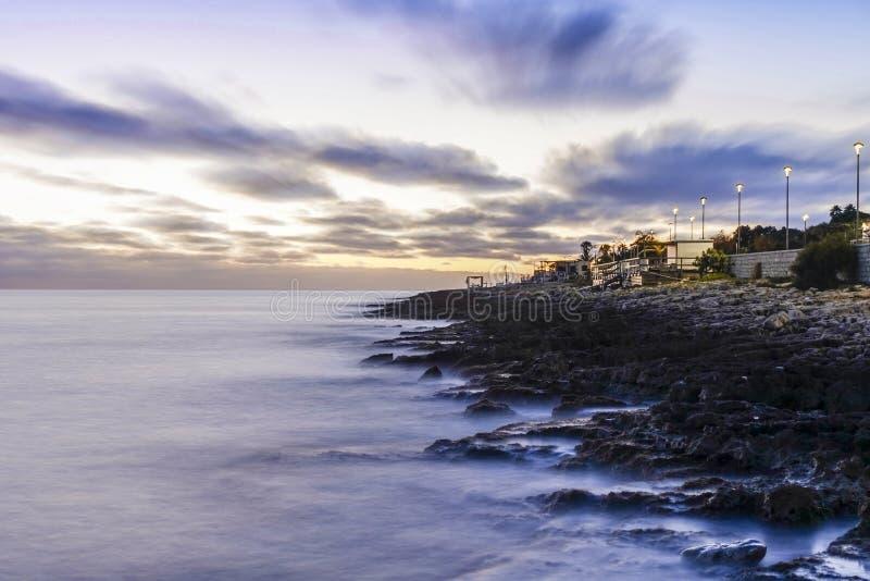 日落小游艇船坞二莫迪卡,西西里岛 免版税图库摄影