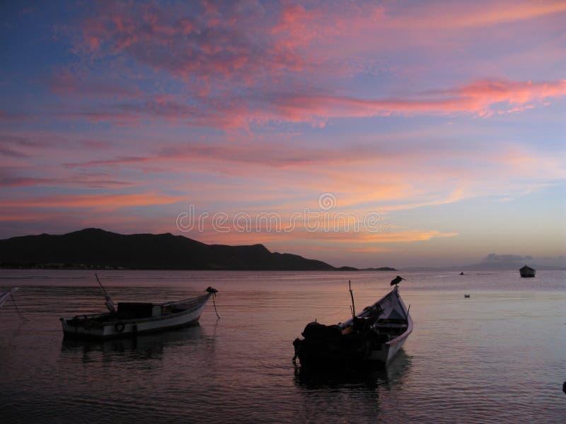 日落小船在海,胡安格列戈海湾,玛格丽塔海岛委内瑞拉 免版税库存照片