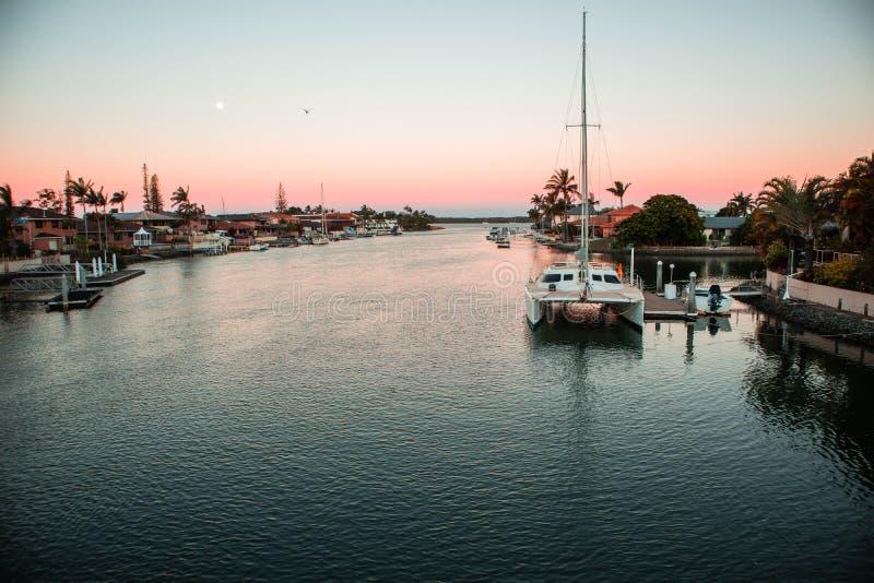 日落小船船坞 库存图片
