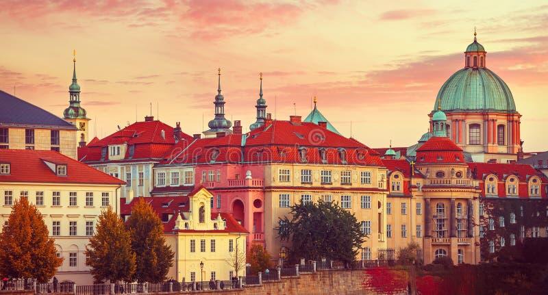 日落屋顶房子老城市秋天布拉格 库存图片