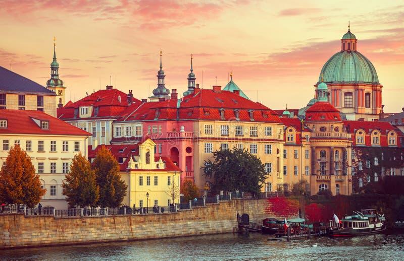 日落屋顶房子老城市秋天布拉格 图库摄影