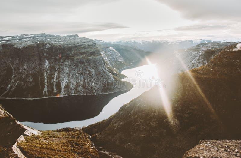 日落山和湖Ringedalsvatnet在挪威环境美化 库存图片