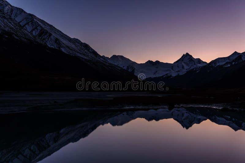 日落山湖反射雪秋天 库存图片