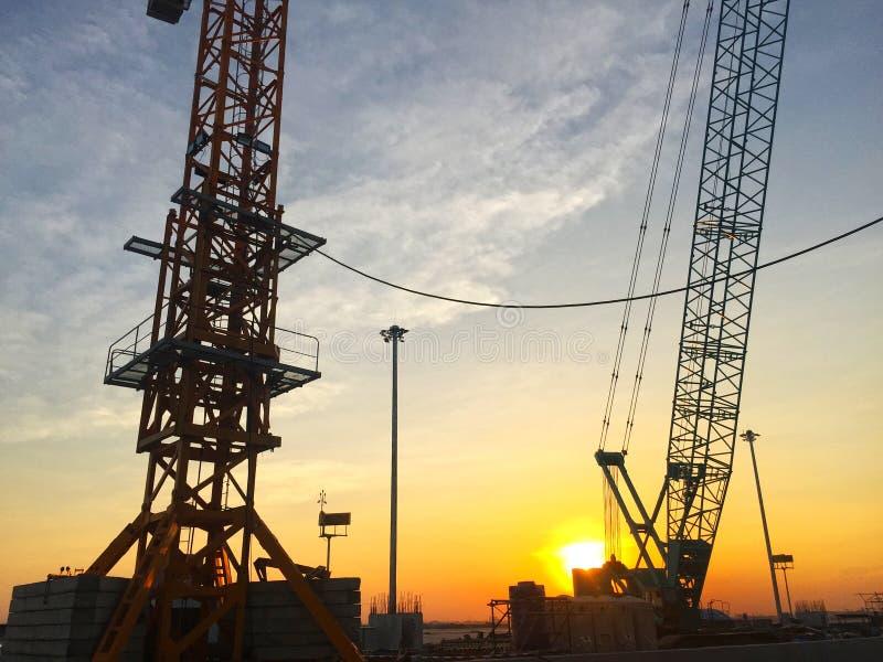 日落建筑和天空美好的背景 免版税库存照片