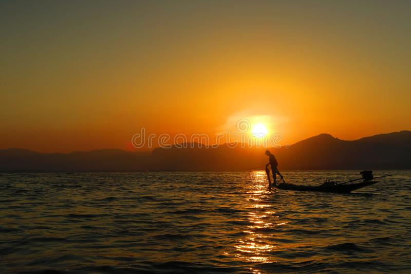 日落或日出在有渔夫的缅甸缅甸Birmanie Inle湖 库存照片