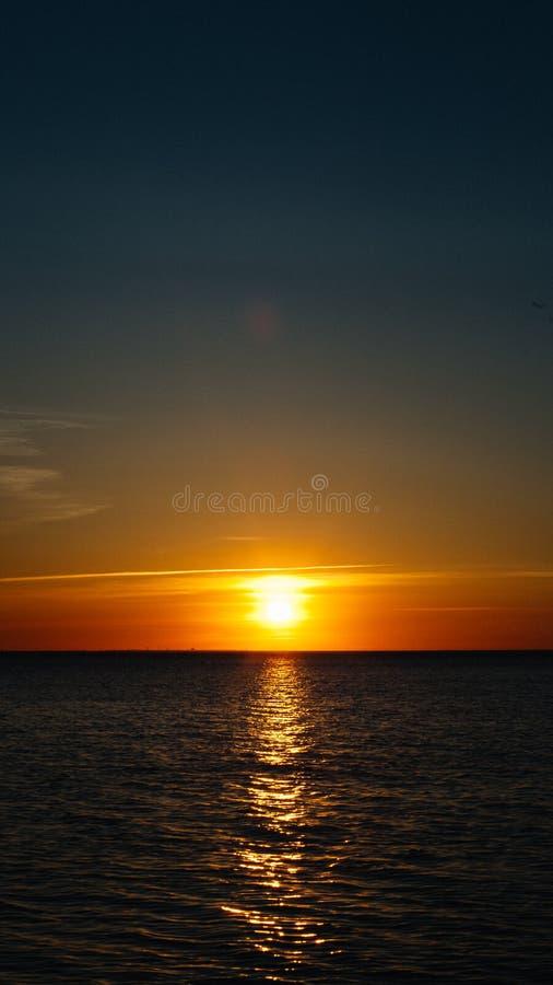 日落或黎明海上 黑海岸 流动屏幕保护程序,垂直的布局,自然墙纸 美好的颜色,海洋题材 免版税库存照片