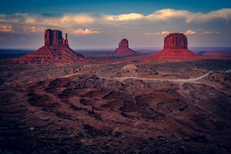 日落打开小山,纪念碑谷,亚利桑那 免版税库存照片
