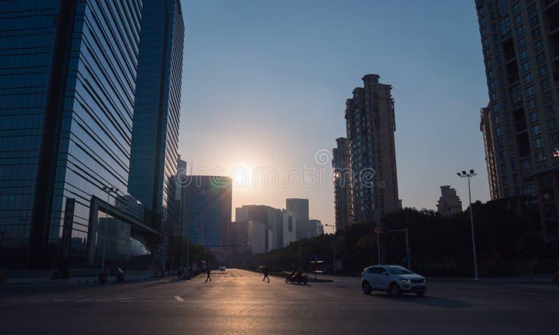 日落时间的商业区,现代办公楼,交叉路 免版税图库摄影