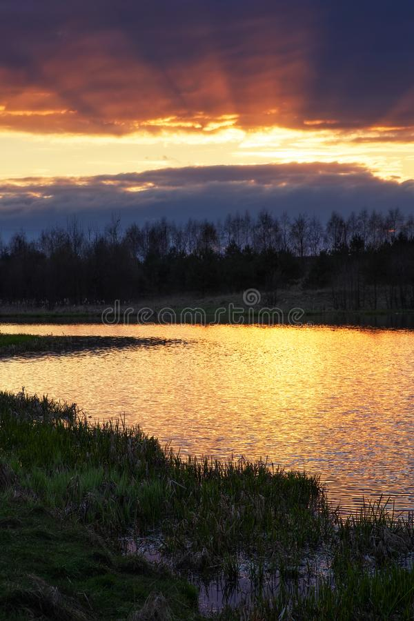 日落时间的河 美丽的日落天空和金黄波浪 库存图片