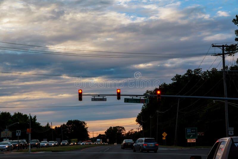 日落晚上夜交通,在高速公路路的汽车在繁忙的城市,都市看法 免版税库存照片