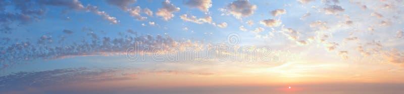 日落有云彩的天空全景 库存图片
