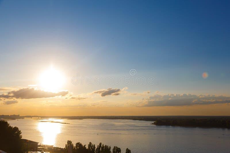 日落橙色湖水反射风景 日落水反射 库存照片