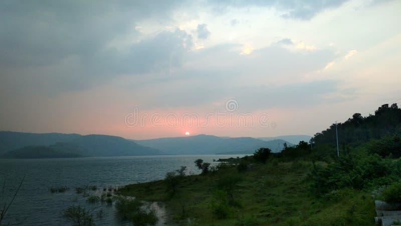 日落水山云彩天气 库存照片