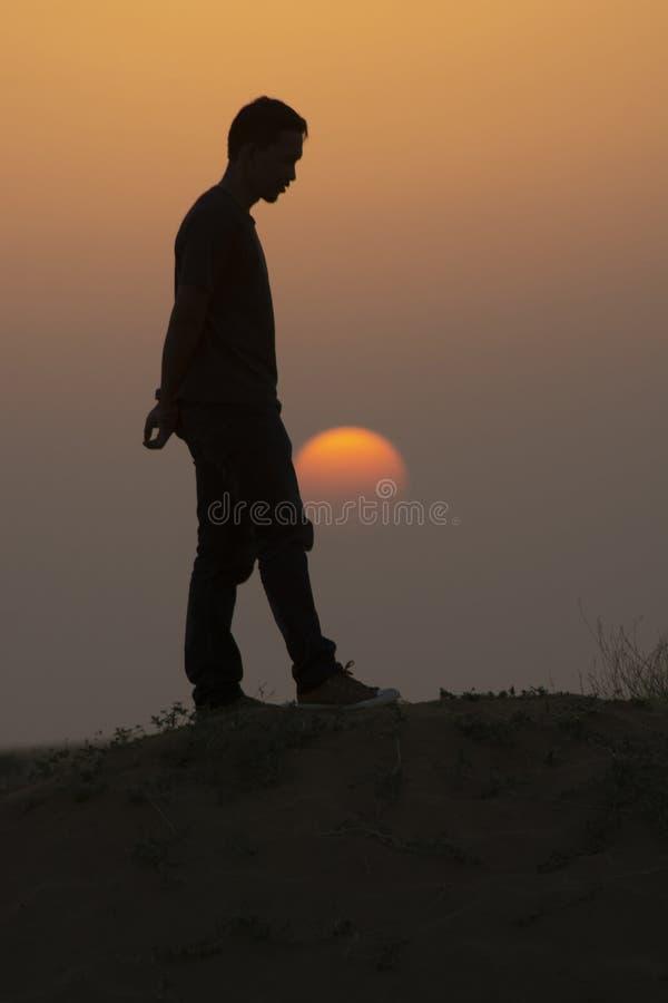 日落沙丘上的男子,印度贾萨尔默 免版税库存照片