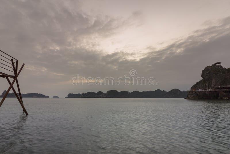 日落海岛海滩情景Lan Ha海湾,地标目的地,猫Ba海岛,越南 库存照片