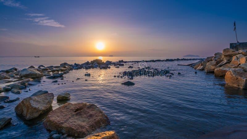 日落海岩石石头视图照片 免版税库存图片