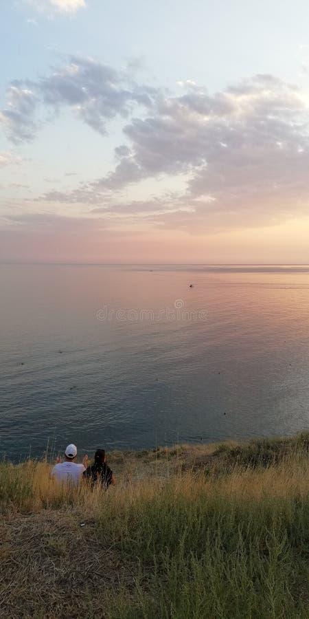 日落海景 由海的爱的夫妇 库存照片