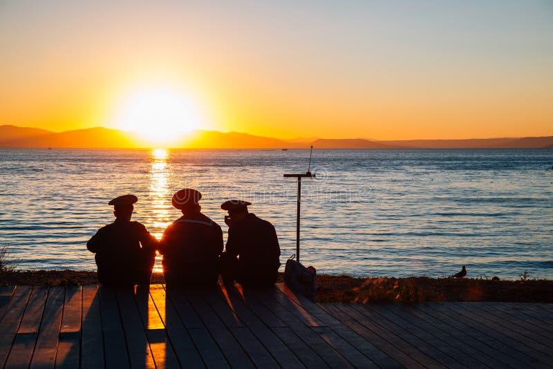 日落海滩和水手或者海军在符拉迪沃斯托克,俄罗斯 免版税库存照片