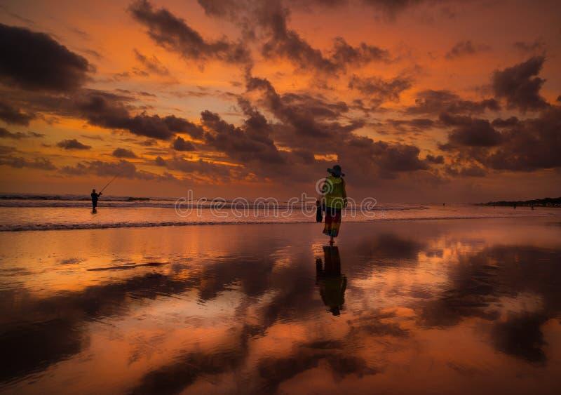 日落海滩,库塔海滩,巴厘岛,印度尼西亚 免版税库存图片