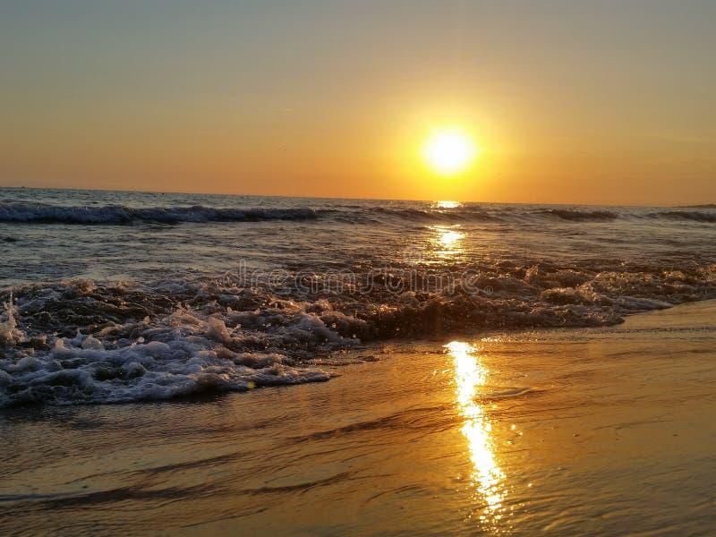 日落海美丽的波浪风 免版税库存照片
