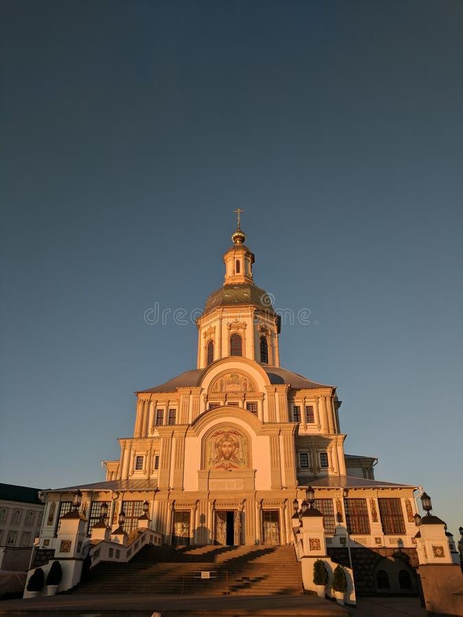日落温和的玫瑰色光在通告大教堂的在Diveyevo 免版税库存图片