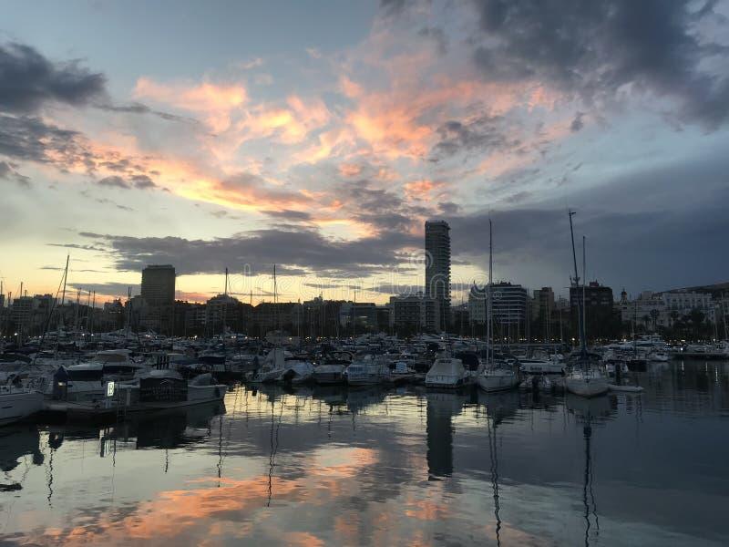日落火光,在阿利坎特,西班牙港的日落  库存图片