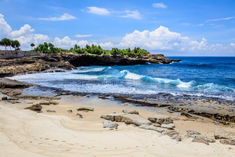 从日落点海滩的看法在桑迪贝,努沙Lembongan,印度尼西亚 免版税库存照片
