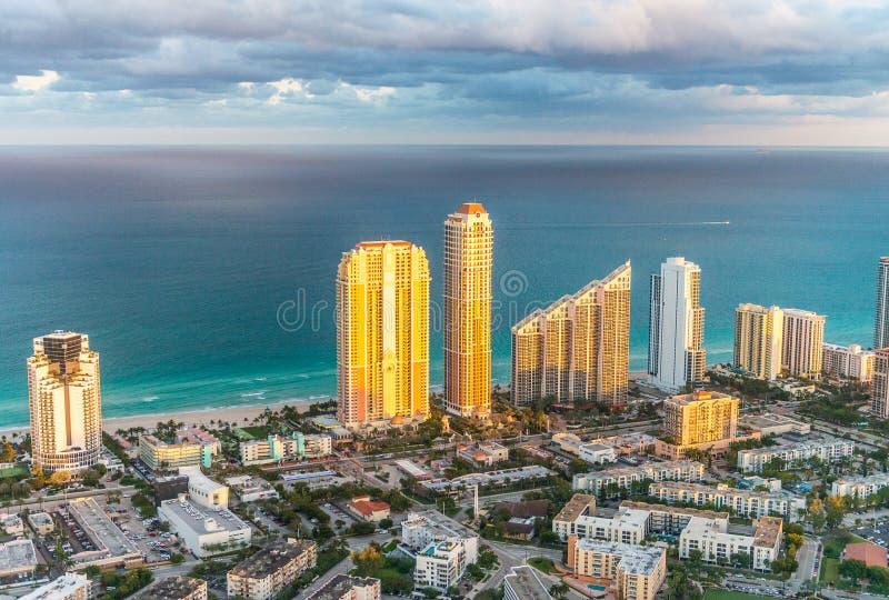 日落点燃在迈阿密海滩大厦,直升机视图 免版税库存照片