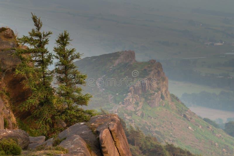 日落点燃树、石南花和岩石在蟑螂在高峰区 母鸡云彩在dista 库存图片